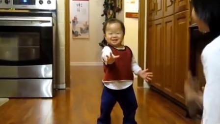 你还记得宝宝刚学会走路的样子吗?看到萌娃的姿势,网友:喝多了