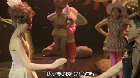 美女老师上台表演,学生不慎拉掉老师演出服,画面看的校长流鼻血