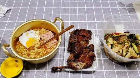 """30元""""麻辣辛拉面套餐"""",泡面放在金色铜锅里,感觉在吃高级料理"""