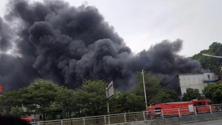 东莞长安镇夏边段G107国道旁发生火灾事故现场黑烟漫天空气中带有刺激性化学气味