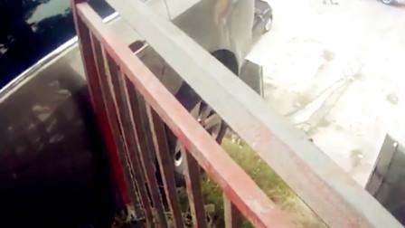 【重庆】男子错把油门当刹车 车辆撞坏护栏后悬空