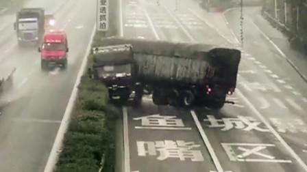 【重庆】监拍:货车撞上高速隔离带后倒车离开现场