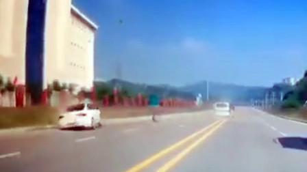 【重庆】男子分心驾驶致两车猛撞 车身旋转180度车轮飞出10余米