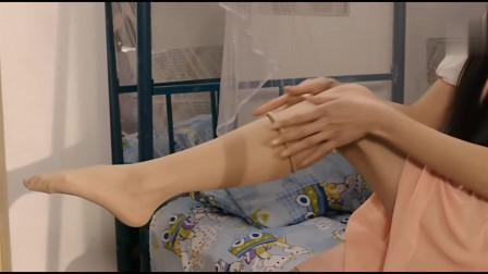 男生假扮女生混进女生宿舍,看到舍友在脱丝袜,脸涨的通红