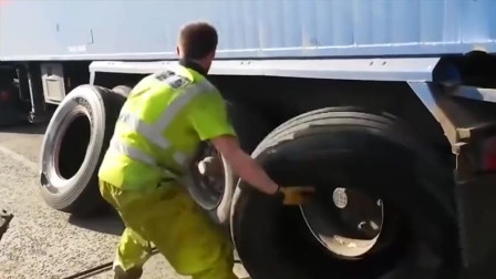 聪明!货车这样换轮胎真方便,不拆钢圈,直接将轮胎扒下来