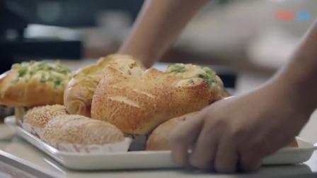 喜剧:陆远去面包店挖人,面点师端来一大盘面包:都吃了就跟你走