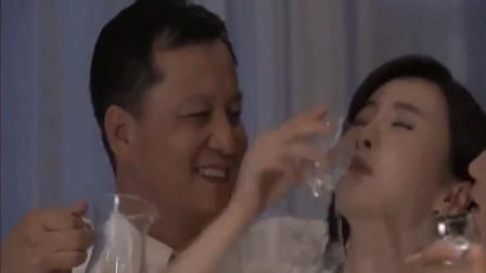 温柔的谎言:安然被灌醉后,被心怀不轨的老板带到了酒店!