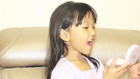 女儿边吃糖边照镜子,爸爸一问之下,闹出了大笑话!