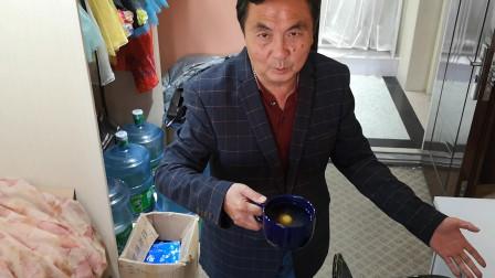 忙碌一天,老庄饿着回到办公室,用微波炉做一道美味的糖水荷包蛋