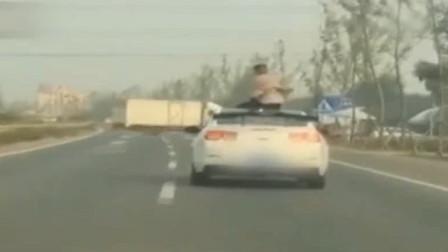 """江苏:心烦想""""静静"""", 男子坐上轿车天窗"""