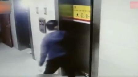 青海:当着妻儿面 ,男子踢飞电梯门板