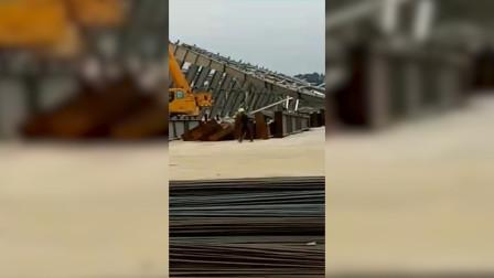 广西北海一玻璃厂施工现场钢构掉落 2人摔落1人身亡消防紧急救援