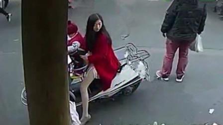 女子骑车去买菜,身后男子悄悄动手,监控拍下不耻画面!
