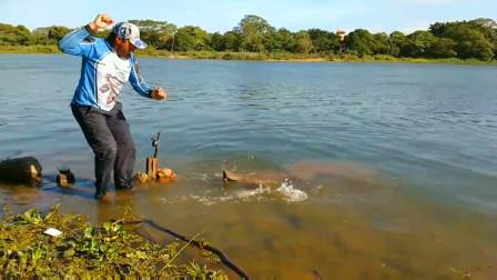 野外河里大鱼多不好钓,小哥抛了几竿,看看他钓了啥上来?