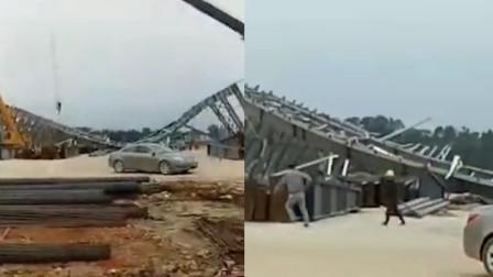 广西北海一玻璃厂施工现场钢构掉落 致1死1伤