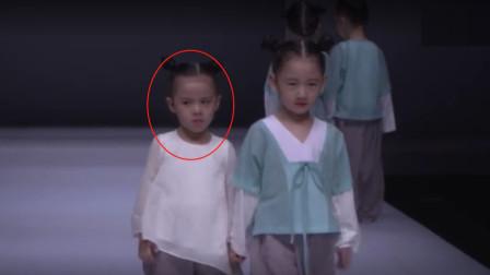 5岁萌娃第一次上台走秀,在现场委屈大哭,却仍敬业完成动作