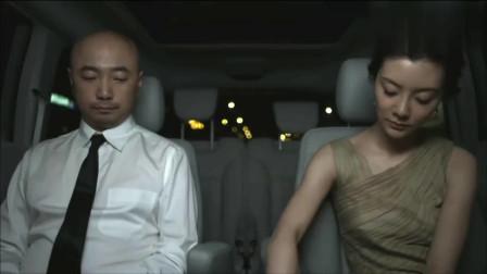 男大当婚:男子和富婆一起参加酒会,被误认成服务生!