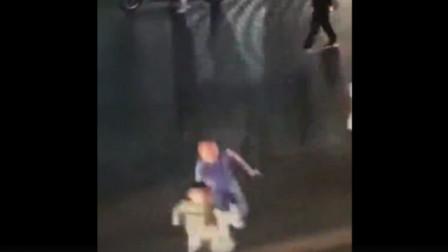 广东:男童冲进车流 ,路人及时拉回