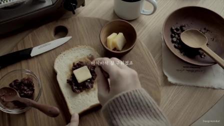 《韩国农村美食》烤的焦香的面包片,配上红豆沙和黄油,浓香美味