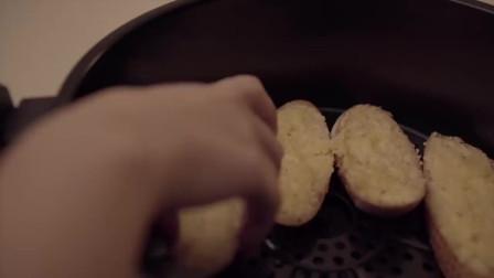 《韩国农村美食》面包片抹上厚厚的黄油培根碎,烤的焦香四溢,很有食欲