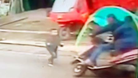 【重庆】5岁男童突然横穿公路 被摩托车瞬间撞倒