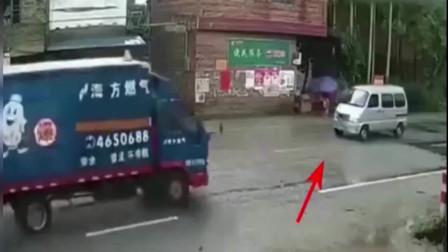 面包车开车太嚣张,两辆大货车迎面惨烈相撞!