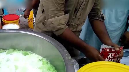 这样做奶昔太爽了!大桶的冰直接倒汽水牛奶里,装袋扎口就能卖!