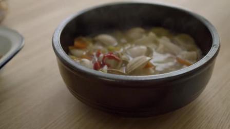 《韩国农村美食》蛤蜊蔬菜汤,揪入面片一起煮,热乎乎的很暖和