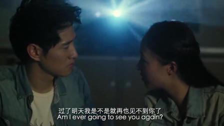 小伙陪姑娘看电影,两人柔情四溢,甜蜜热吻在一起