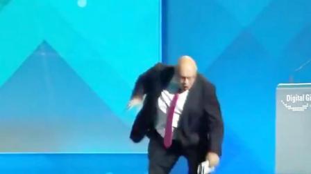 德国61岁经济部长从台上摔下 一度失去意识