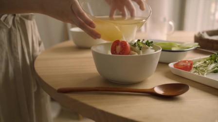 韓國農村美食清爽的雞湯面放入黃瓜片調味爽口又順滑