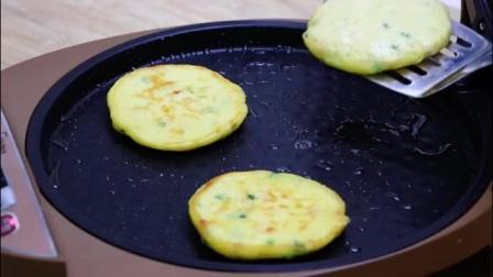 玉米面里加2个鸡蛋,不用烤,不油炸,简单一做,比面包还好吃