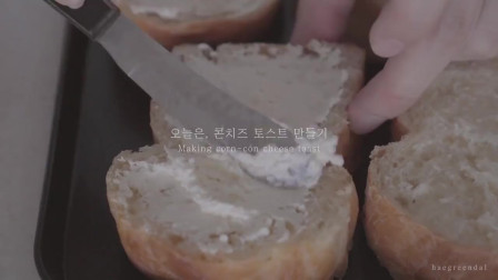 《韩国农村美食》面包片抹上厚厚的黄油,配上芝士与玉米粒烤香,浓香美味