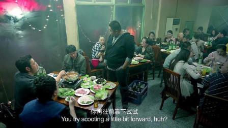 胖子火锅店内挑衅小伙,哪料小伙正在气头上,直接拿火锅扣他头上
