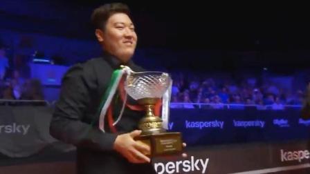 斯诺克:颜丙涛捧起第一个排名赛冠军奖杯,00后第一人,真提气