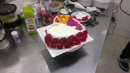 送老婆送情人最适合的蛋糕 爱心形状玫瑰花瓣真漂亮