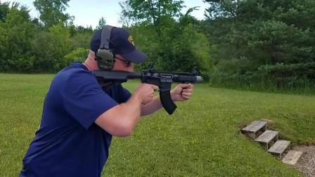 全自动突击步枪靶场射击测试,弹壳满屏都是,还伴着枪口火焰!
