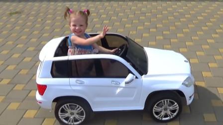 越看越有趣!萌娃小萝莉开着玩具小汽车要去哪里游玩呢,太开心啦!