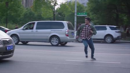 我知道你的:刘继强找路人借手机打电话发现了,国超追了过去