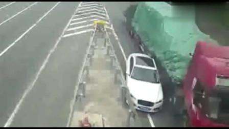 监控:连跨3车道下高速,还敢和货车抢道,小汽车司机你的胆子也太大了