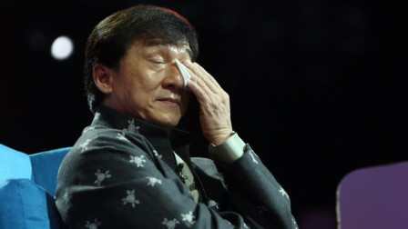 成龙在舞台上唱歌,突然被人飞踹一脚,事后还向踹人者道歉