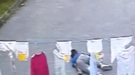 韶关:男孩被石块砸中,瞬间倒地