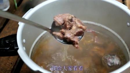 少数民族大姐做马肉,第一次吃马肉没想到这么好吃,上瘾了!