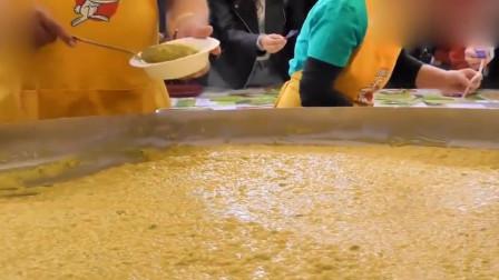 意大利人是这样过美食节的!做了像泳池那么大的一锅奶酪饭,壮观