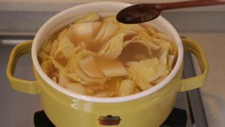 《韩国农村美食》新鲜的白菜切块,配上大酱煮汤,清甜美味