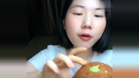 小姐姐吃西树抹茶冰淇淋泡芙,吧唧吧唧吃的真过瘾,看着就带劲!