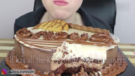 小姐姐开心吃巧克力慕斯蛋糕, 美滋滋