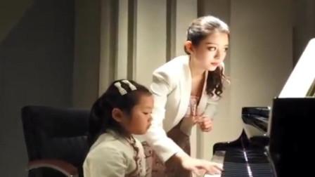 幸福三重奏:郎朗妻子吉娜教小朋友弹钢琴,清冷美女的气质很优美