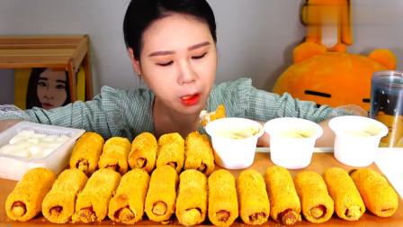 大胃王卡妹连吃18根热狗,蘸着酱汁就往嘴里塞,真佩服她的胃口!