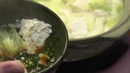 《一起吃饭吧》鳕鱼配上豆腐清炖,放入白菜一起煮,咕咕冒泡很美味